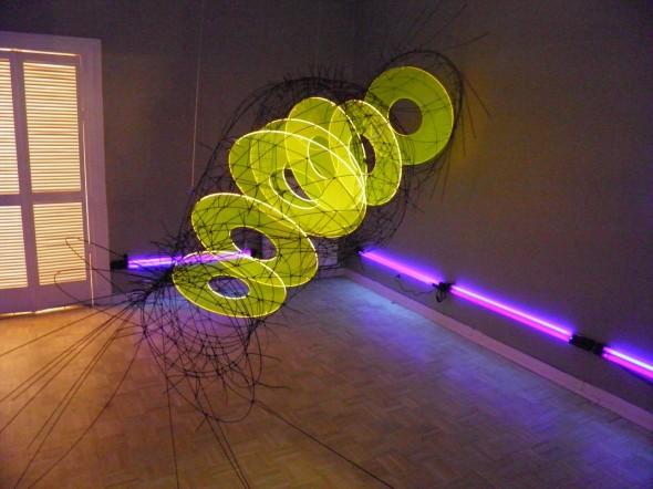 Lichttrichter Detail Lichtpoden, GFK-Stäbe, PVC, Acryl, UV-Licht 120300100cm, 2010