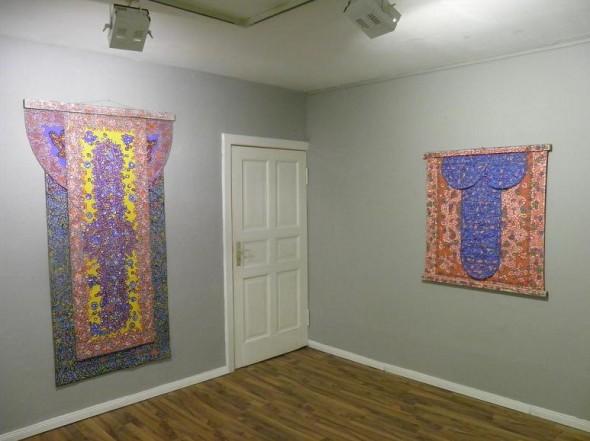 "links: mixed media auf Leinwand, 3-fach bemalt  mit bemalter Holzleiste 200 x 113 cm  rechts: ""zizi"" mixed media auf Leinwand, beidseitigbemalt  mit  Holzleiste, 106 x 104 cm"