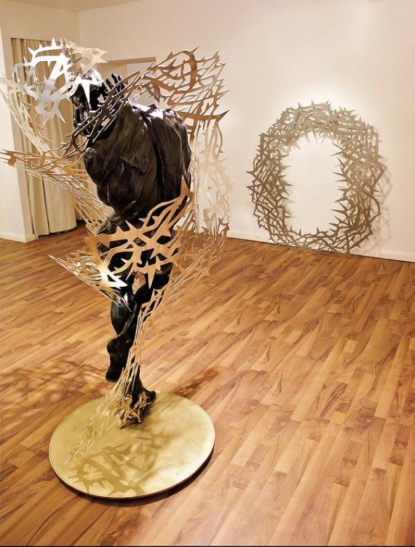 Les Epines de La Voluptě Bronzeskulptur, Aluminium, ca. 180x 120x 110cm, 2011, Ed. 1/8, Guss Landowski Paris  and  Dornenkranz Stahl, ca. 160x 150x 0,5cm, 2011, Ed. 1/8+1 AP Photo ©: Woytek Mazurek