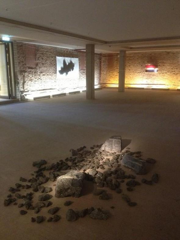 Makoto Fujiwara Installation aus Narvik Granit dim. var. 2013