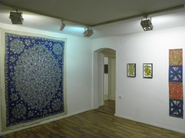 Bruno de Panafieu Pavage marocain 1-3 papier doré, 25 x 40 cm, 2012   Timothy Hennessy mixed media auf Stoff, beidseitig bemalt, 173 x 33cm  und Acryl auf Leinwand, grau auf blau 250 x 200 cm