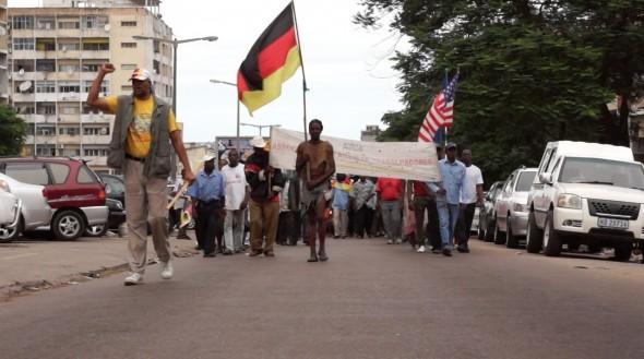 Videostill seit 20 Jahren stattfinden Demonstration zur Auszahlung von offenen Gehältern aus DDR-Arbeitsverträgen