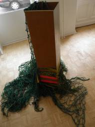 Isa Genzken Säulenskulptur Holz, Alugitter, Grünes Netz, besprüht und bemalt, signiert